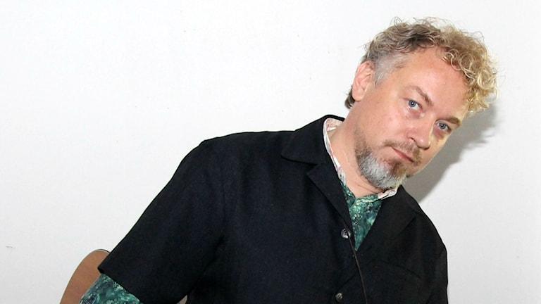 Eric Gadd i kulissinera innan spelningen. Foto: Helen Ling /Sveriges Radio.