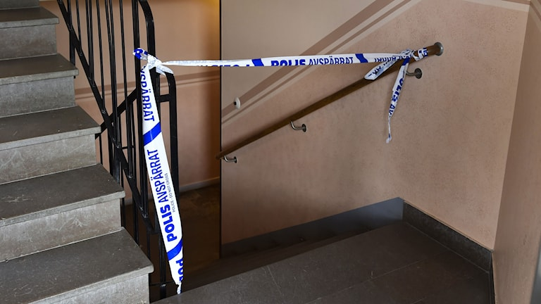 Polisen har gjort en avspärrning i trapphuset i Tullinge. Foto: Roger Vikström/TT.