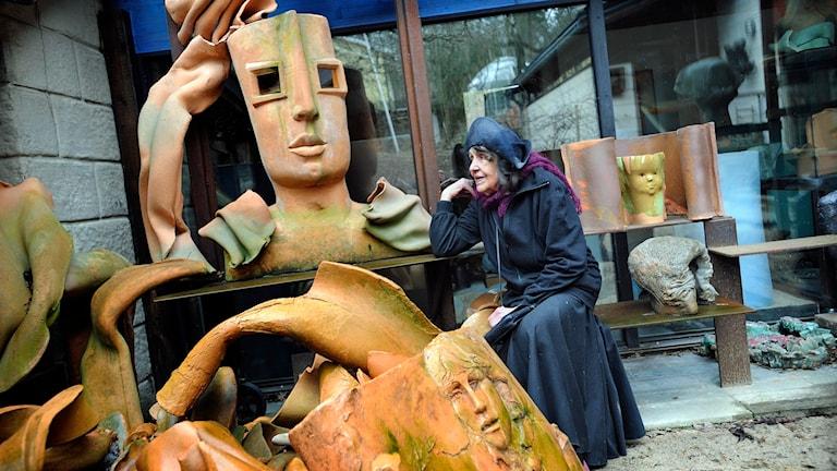 Konstnären och skulptören Hertha Hillfon i sin ateljé i Hägersten. Foto: Dan Hansson /TT.