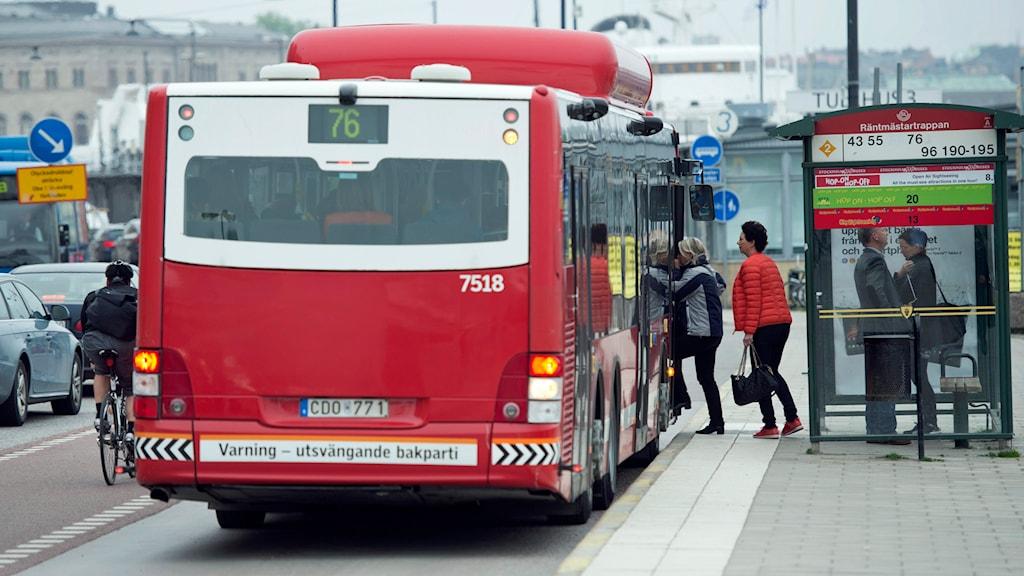 Passagerare kliver ombord på en buss på Skeppsbron.