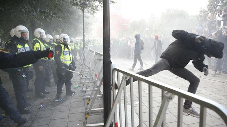 Motdemonstranter som demonstrerar mot Svenskarnas parti vid Kungsträdgården