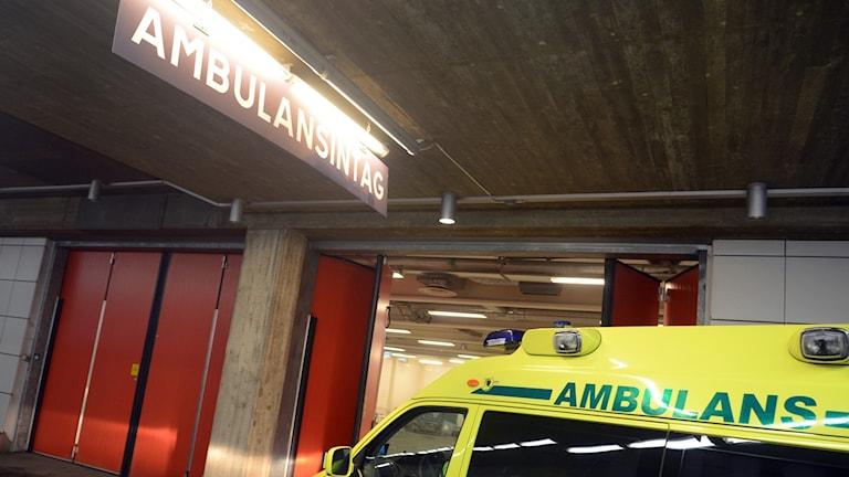 Ambulans anländer till Karolinskas akutmottagning i Huddinge.