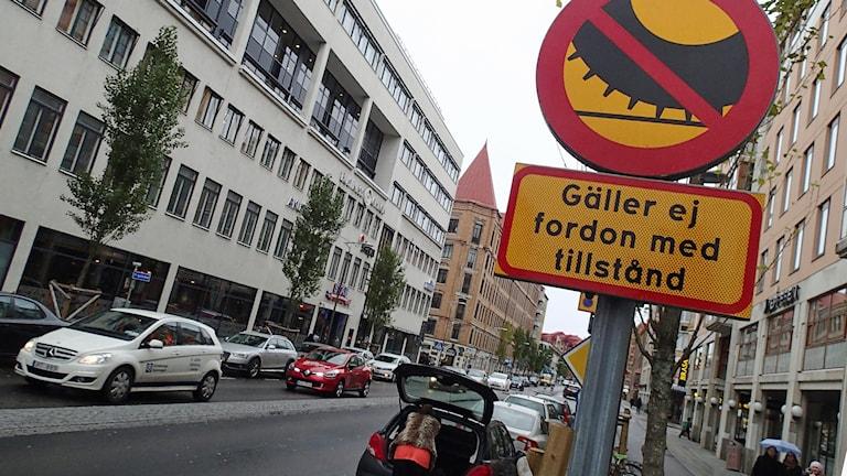 Förbjudet att köra med dubbdäck.