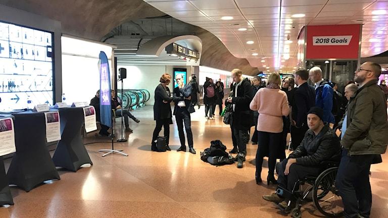 Publiken börjar samlas till trafikmötet på Stockholm City