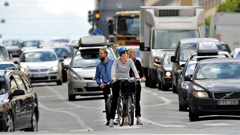 Biltrafik och cyklister på Hornsgatan i Stockholm. Foto: Gunnar Lundmark /TT.
