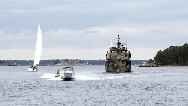 En militär bevakningsbåt på Nämndöfjärden i närheten av Stavsnäs under ubåtsjakten i höstas. Foto: Pontus Lundahl/TT