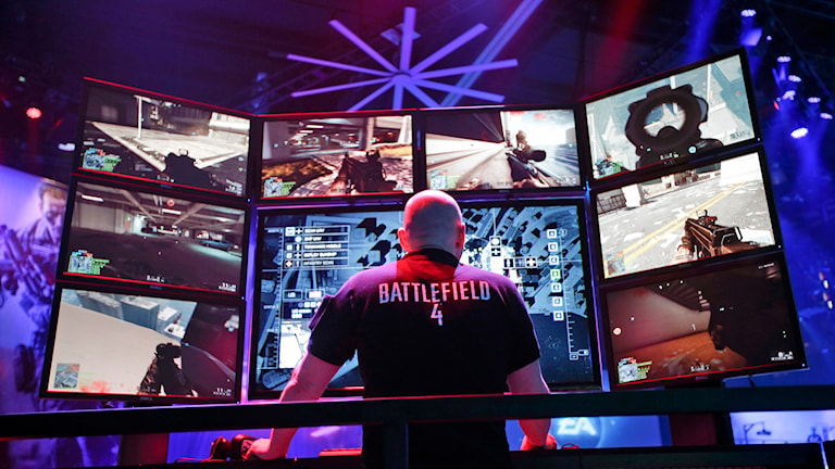 Man spelar Battlefield 4 under the Electronic Entertainment Expo i Los Angeles. Foto: AP Photo/Jae C. Hong/TT.