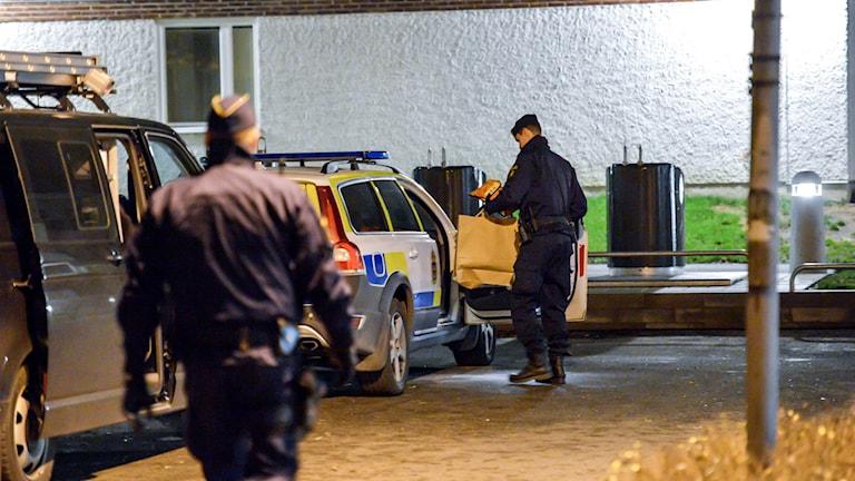 Polisen på plats efter knivbråket i Upplands Väsby: Foto: Johan Nilsson/TT
