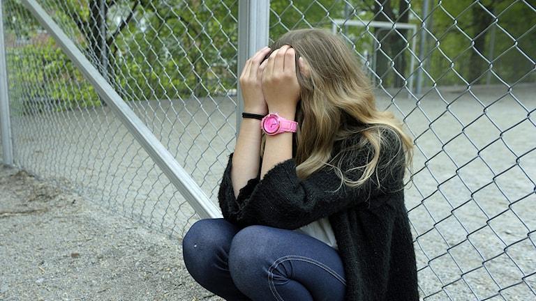 Ung ledsen tjej på skolgård