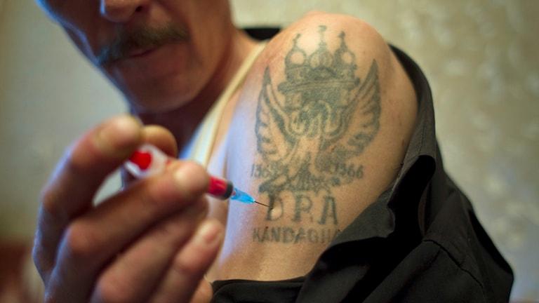 Narkoman injucerar heroin. Foto: AP Photo/Sergey Ponomarev/TT.