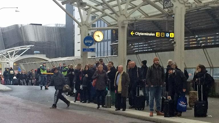 Resenärer väntar på ersättningsbussar