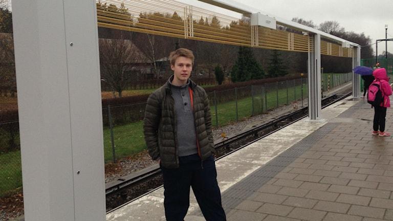 Resenären Jesper Berglund framför en variant av öppningsbar tunnelbanevägg. Foto: Max Pröckl / Radio Stockholm