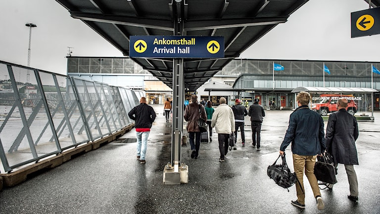 Flygpassagerare på väg mot terminalen på Bromma flygplats Foto: Tomas Oneborg /TT.