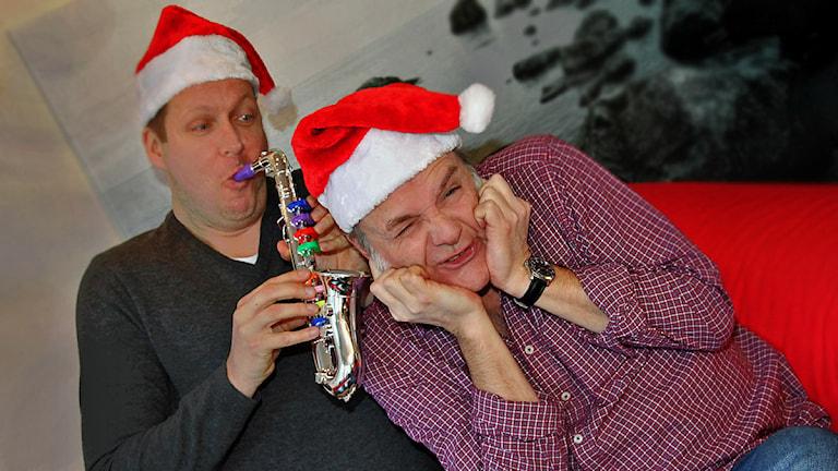 Björn Lindberg och Pär Fontander i tomteluvor. Foto: Helen Ling /Sveriges Radio.