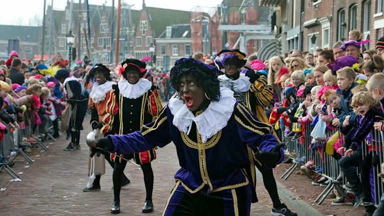 'Zwarte Piet' eller Svarte Petter under en parad i Holland 2013. Foto: AP Photo/Peter Dejong/TT.