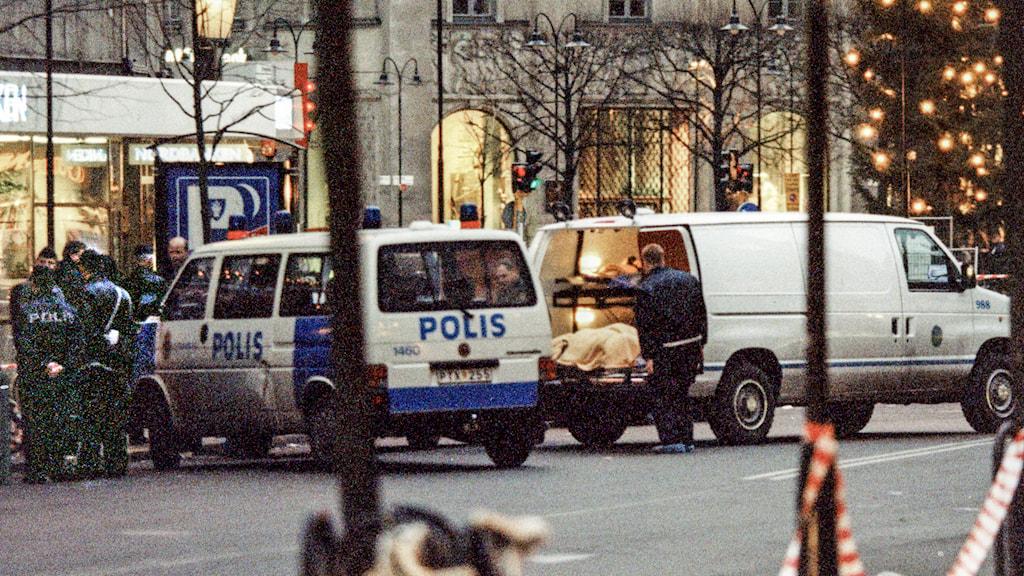 En människokropp bärs ut på bår efter massakern på Stureplan. Arkivfoto: Anders Wiklund /TT.
