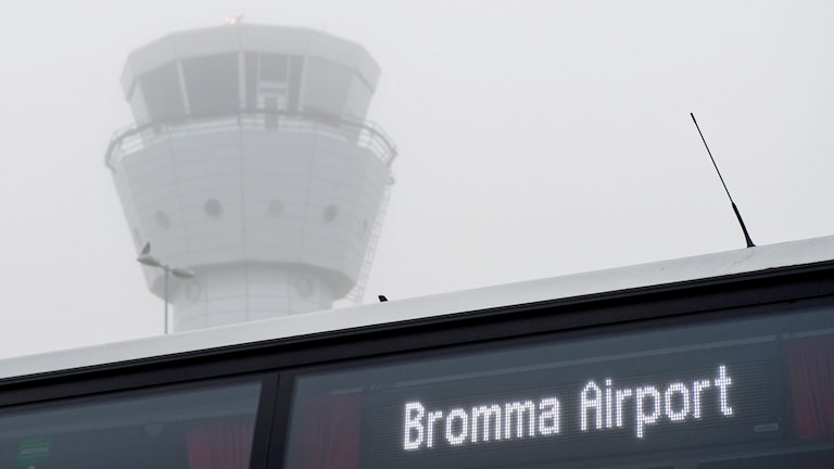 Tät dimma gör att alla ankommande och avgående flyg på Bromma flygplats är försenade. Foto: Pontus Lundahl / TT