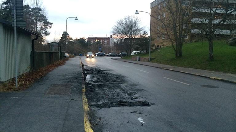Spår efter en bilbrand i Östberga. Foto: Julia Brynolfsson/Sveriges Radio
