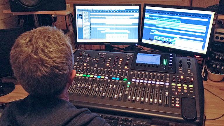 Leif Olsen i musikstudion. Foto: Björn Lindberg /Sveriges Radio.