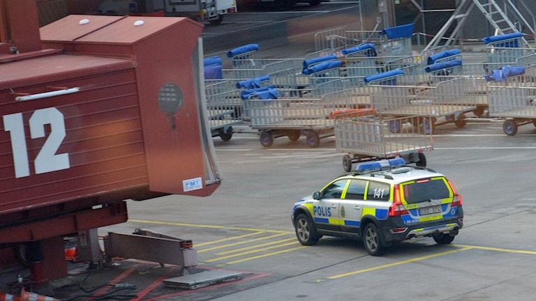 Polisen undersöker ett misstänkt bombhot på Arlanda. Foto: Johan NIlsson / TT.