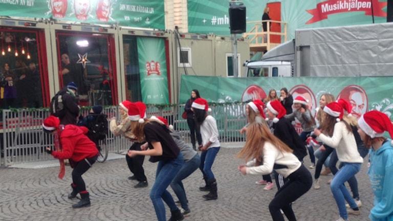 Elever från kulturskolan i Sigtuna genomförde en flashmob utanför Musikhjälpens glasbur i Uppsala. Foto: Mårten Randberg/SR