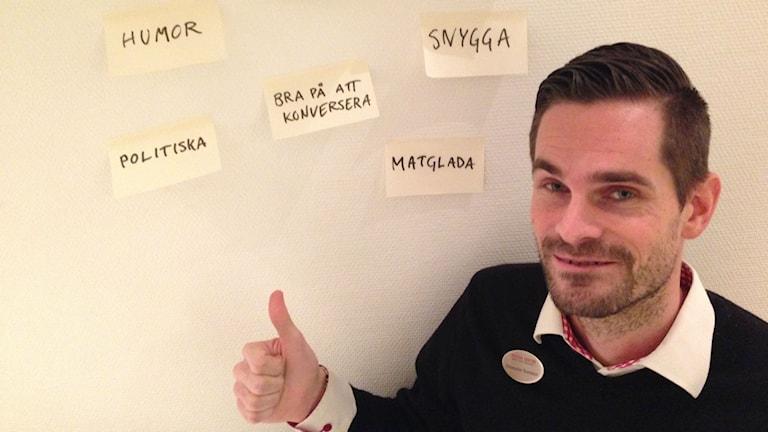 Christopher Svensson funderar på vilka kvaliteer som han och sambon Therése Ädling ska kräva av sina gäster som de annonserat efter på Blocket. Foto: Björn Lindberg/Sveriges Radio