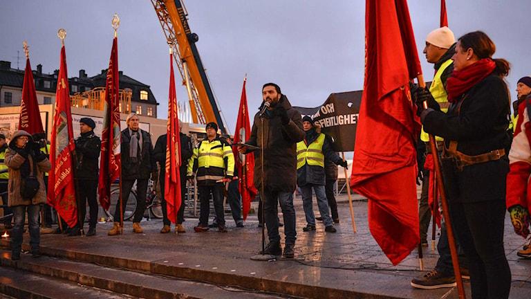 Vänsterpartiets riksdagsman Ali Esbati talade vid Slussen i Stockholm under lördagen. Foto: Henrik Montgomery / TT