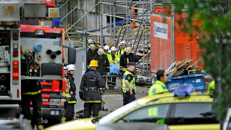 Ett trapphus i ett tolvvånings hus rasade. En person dödades och två skadades. Foto: Tobias Röstlund /TT.