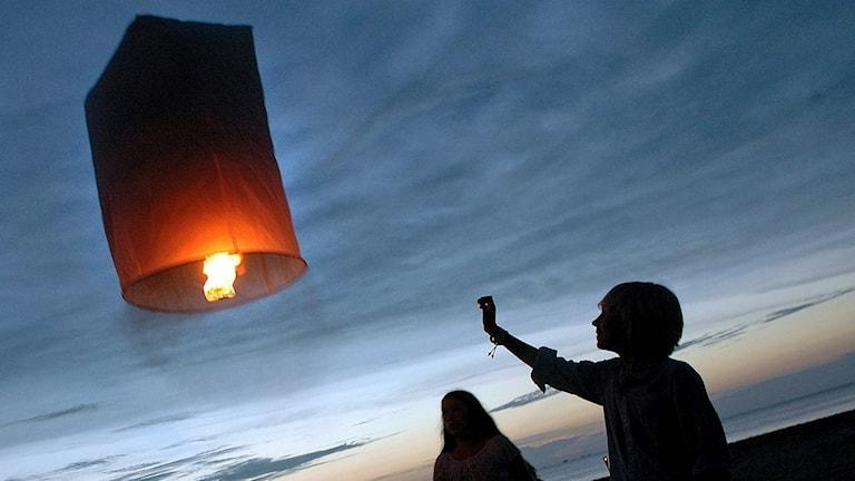 Den svenska minnesceremonin i Khao Lak, Thailand på ettårsdagen efter Tsunamikatastrofen i Sydostasien. I skymningen skickades 543 rispapperslampor upp mot himlen för att minna om de 543 svenskar som miste livet i katastrofen. Foto: Dan Hansson /TT.