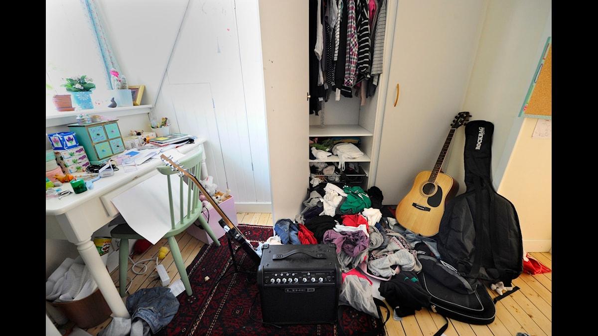 Ett stökigt rum med kläder slängda i en hög på golvet. Foto: Fredrik Sandberg /TT.