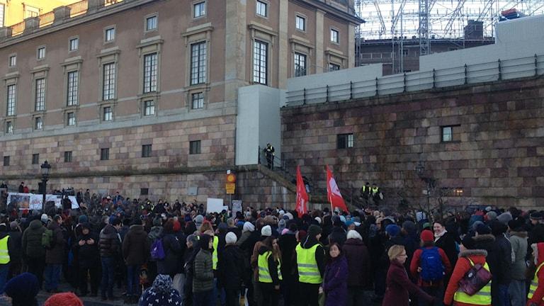 Uppemot 200 personer samlades för att manifestera på Mynttorget. Foto: Sara Cosar / Sveriges Radio
