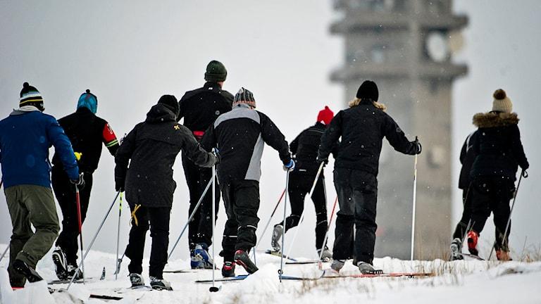 Stockholmarna gav sig ut i snövädret för att åka skidor på bland annat Gärdet. Kaknästornet i bakgrunden. Foto Erik Mårtensson / TT.