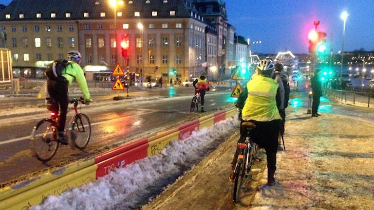Cyklister vid Slussen. Foto: Sara Cosar /Sveriges Radio.