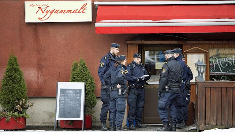 Polisen söker efter en man som sköt en anann man i benen på en resttaurang i södra Stockholm. Foto: Jessica Gow/TT.