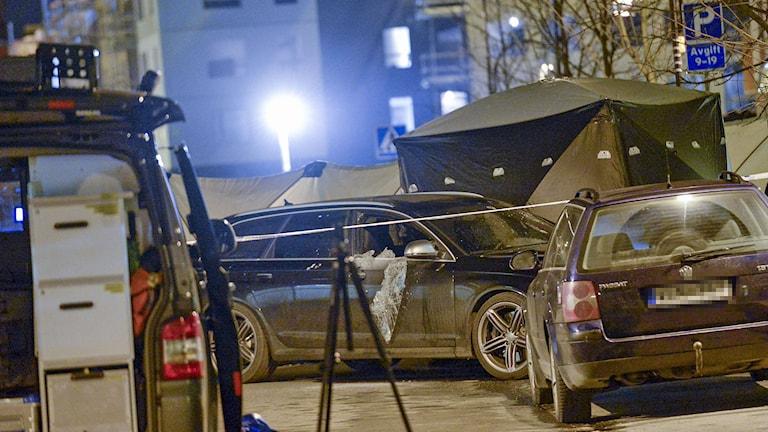 Polis och avspärrning på gatan där en man sköts ihjäl i en bil i Turebergs allé i Sollentuna.  Foto: Jonas Ekströmer/TT