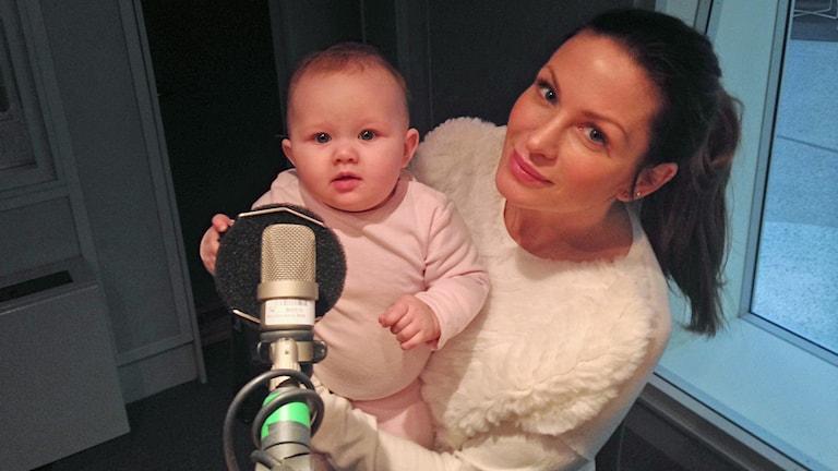 Carolina Gynning och dottern Adele i P4 Stockholm. Foto: Jenny Goldkuhl /Sveriges Radio.