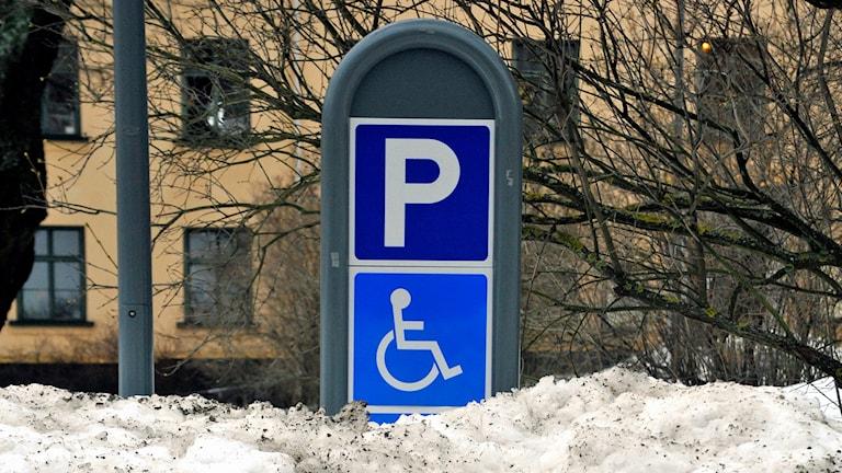 Parkering för handikappade som är fylld av snöhög. Foto Hasse Holmberg /TT.