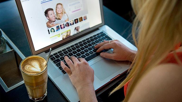 En kvinna sitter vid en dator och surfar på en sajt för nätdejting, match.com Foto: Leo Sellén /TT.