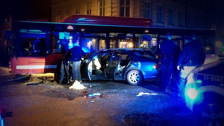En stulen personbil körde in i en buss i linjetrafik. Foto: Erik Ridderstolpe/Sveriges Radio