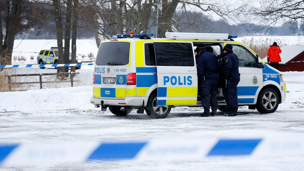 Polisen har spärrat av platsen där kvinnan hittades död. Foto: Christine Olsson/TT