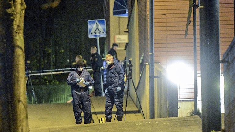 Polisen gör brottsplatsundersökning efter att en man dödats i Lunagaraget i Södertälje. Foto: Fredrik Sandberg /TT.