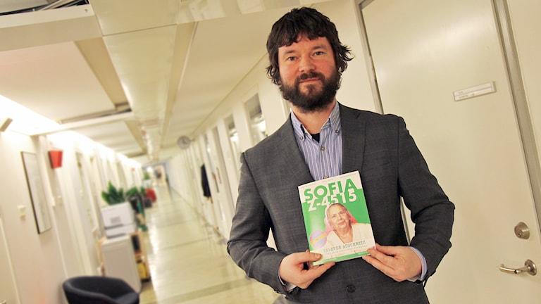 Varför inte hjälpa romerna istället för att jaga bort dom? Under den parollen startade Bjönnulv Evenrud en tidning i Norge som säljs av och för tiggare på gatan. Foto: Helen Ling /Sveriges Radio.