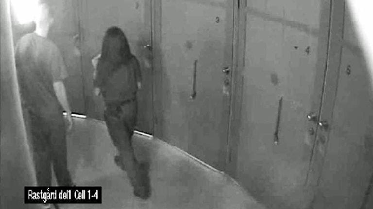 Bild från Kriminalvårdens övervakningsfilm som visar den 28-årige man (tv) som idag, 1 november 2011, åtalas för mordet på en 24-årig kvinnlig vårdare (th) på häktet i Flemingsberg. På bilden passerar kvinnan mannen för att låsa upp en rastgård på häktet i Flemingsberg. Videograb: Polisens förundersökning / Handout /TT.