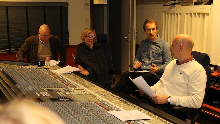 Domare Anders, producent Monika, teknikerna Jakob och Tor