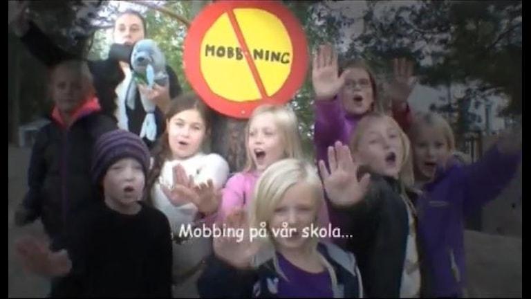 Elever på Utsäljeskolan rappar skolans regler i låten Säljes sång 2014. Foto: Utsäljeskolan.