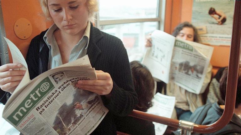 Tunnelbaneresenärer läser Metro. Foto: Gunnar Seijbold /TT.