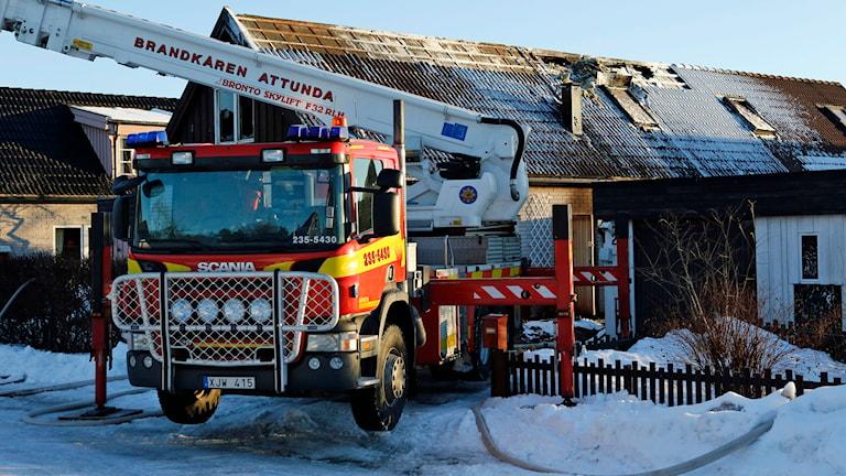 Ett par i 80-årsåldern har hittats döda efter en villabrand i Märsta norr om Stockholm. Polis och räddningstjänst larmades till villan vid ettiden i natt. Foto: CHRISTINE OLSSON / TT