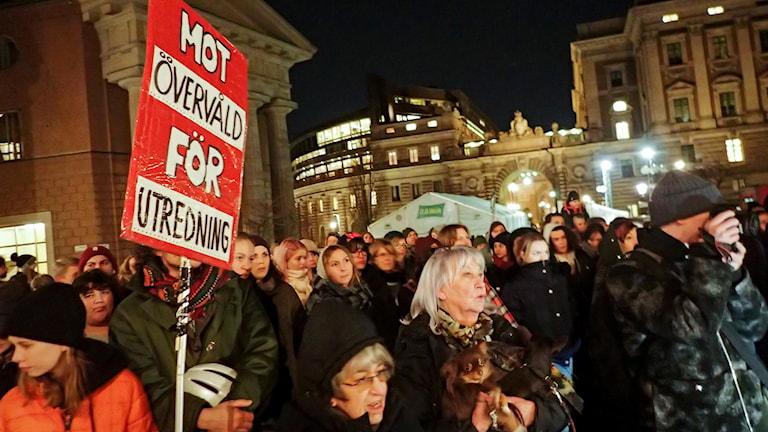 Demonstration mot väktarvåld på Mynttorget i Stockholm. På tisdagskvällen hölls demonstrationer mot övervåld både i Malmö och Stockholm, sedan ett filmklipp där en ordningsvakt sätter sig på en nioårig pojke och trycker hans huvud mot ett stengolv publicerats och upprört många. Foto: Lars Pedersen / TT