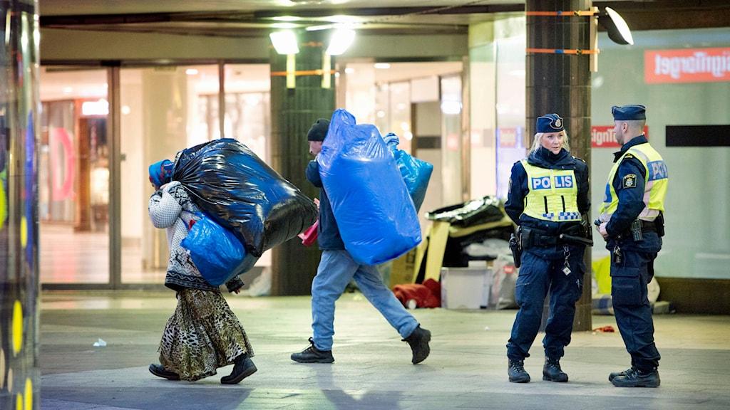 Polisen kör bort tiggare som övernattat på Sergels Torg. Foto: Jessica Gow/TT.
