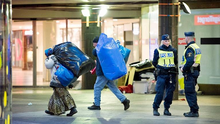 Polisen kör bort tiggare som övernattat på Sergels Torg. Foto: Jessica Gow / TT